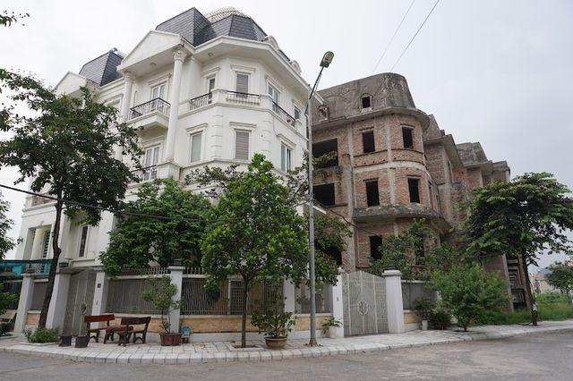 """Cận cảnh hàng loạt biệt thự bỏ hoang ở """"phố nhà giàu"""" ngoại ô Hà Nội - 7"""