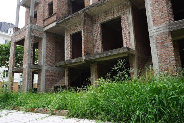 """Cận cảnh hàng loạt biệt thự bỏ hoang ở """"phố nhà giàu"""" ngoại ô Hà Nội - 9"""