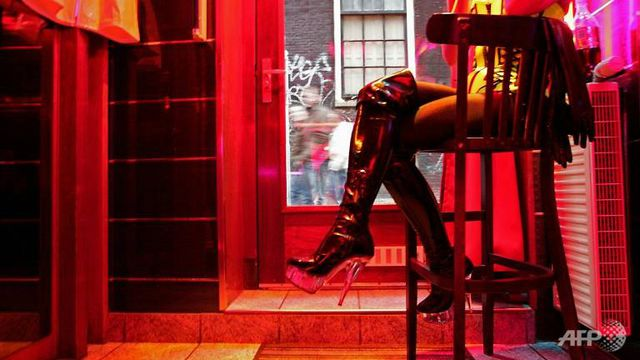 Gái mại dâm bức xúc vì thành phố Hà Lan tính đóng cửa phố đèn đỏ - 1