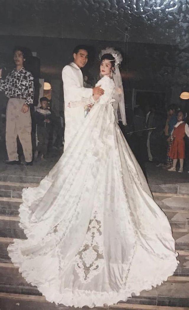 """Đám cưới đại gia thập niên 90: Cô dâu thay 4 bộ váy, rước dâu bằng dàn """"siêu xe"""" - 11"""