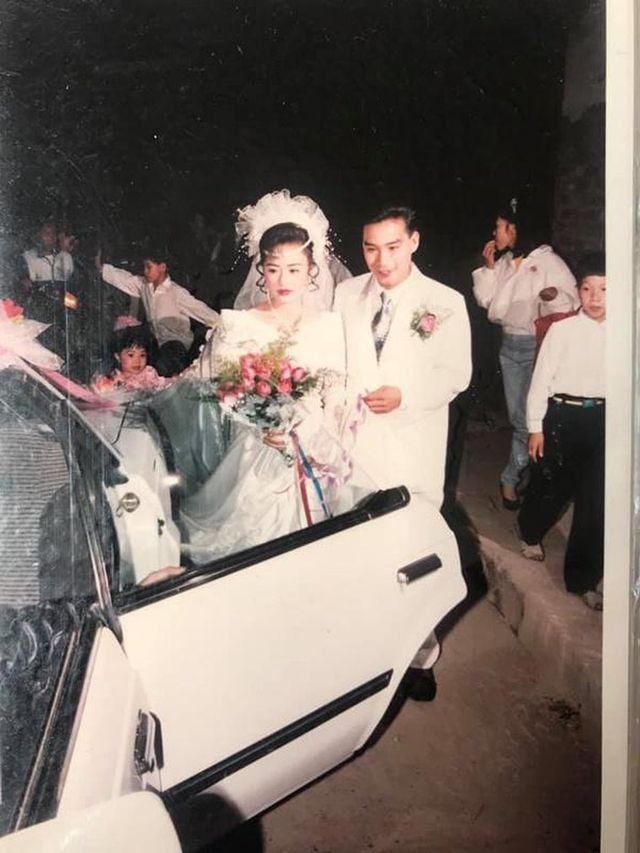 """Đám cưới đại gia thập niên 90: Cô dâu thay 4 bộ váy, rước dâu bằng dàn """"siêu xe"""" - 8"""