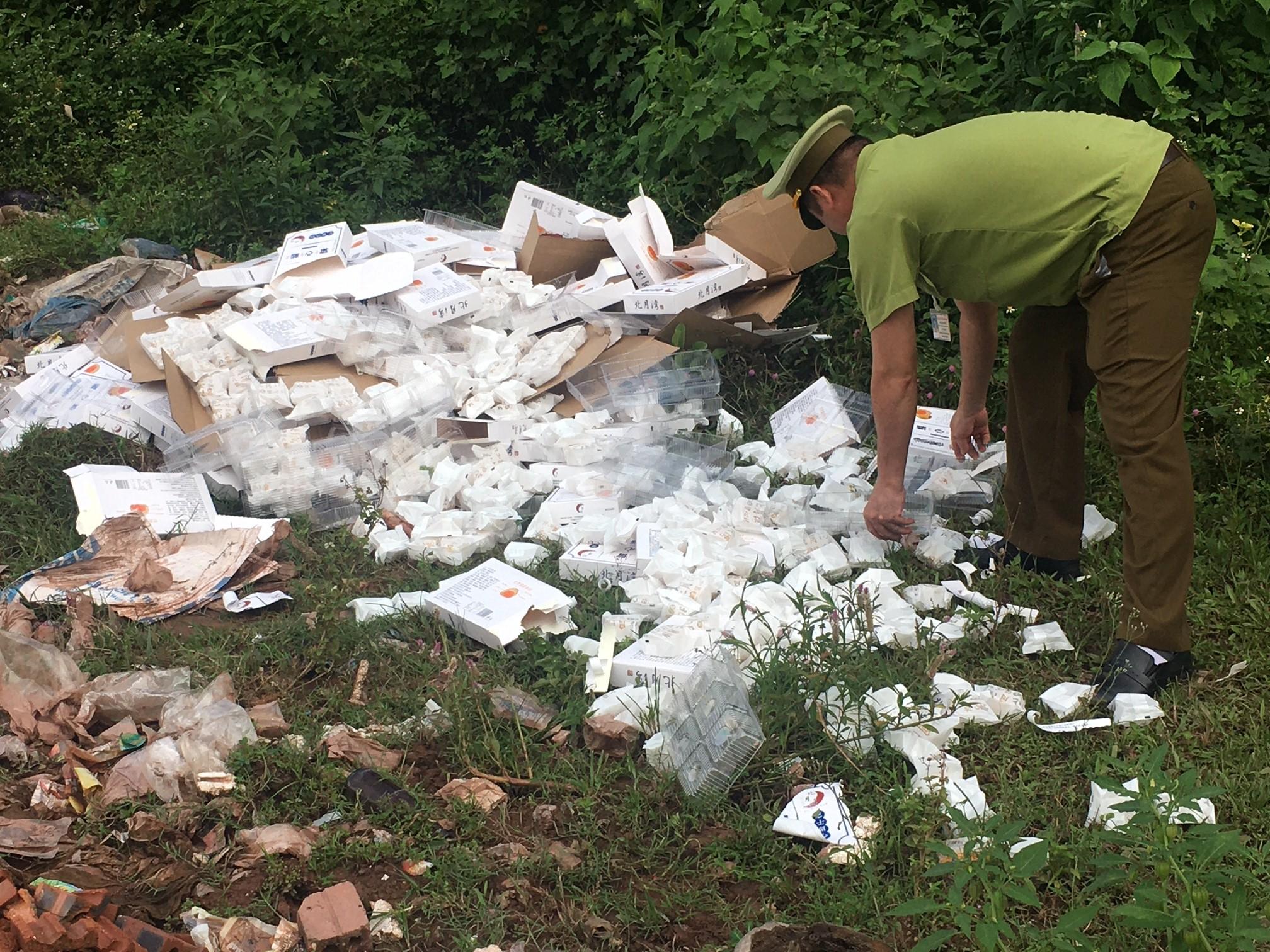 Tiêu hủy gần 4.000 chiếc bánh Trung thu nhập lậu Trung Quốc