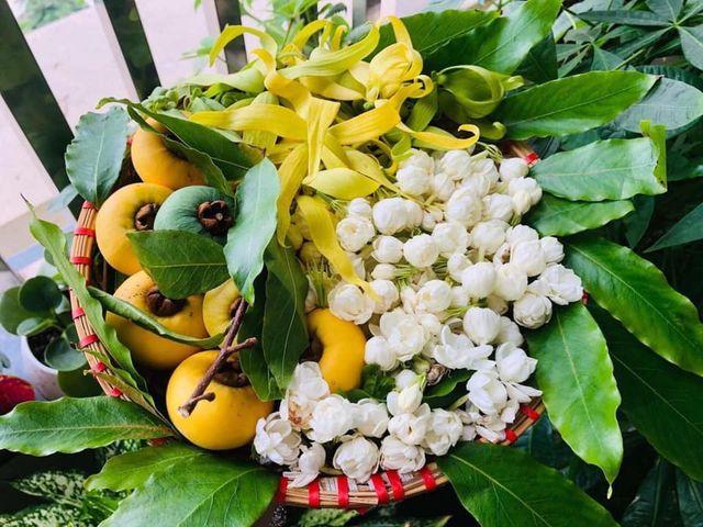 Mẹt hoa thị giá tiền triệu, dân Hà Thành xếp hàng mua cúng rằm tháng 7 - 2