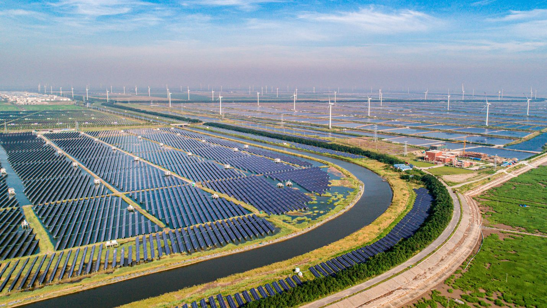 Trung Quốc vượt Mỹ và Nhật Bản thống trị cuộc đua năng lượng tái tạo