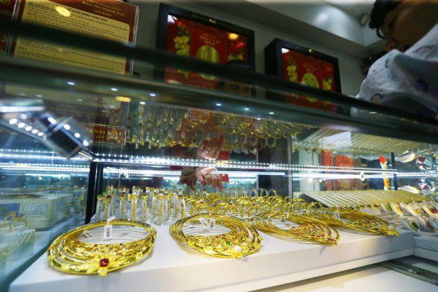 Thương chiến Mỹ-Trung hạ nhiệt, giá vàng rơi khỏi đỉnh 43 triệu đồng/lượng - 2