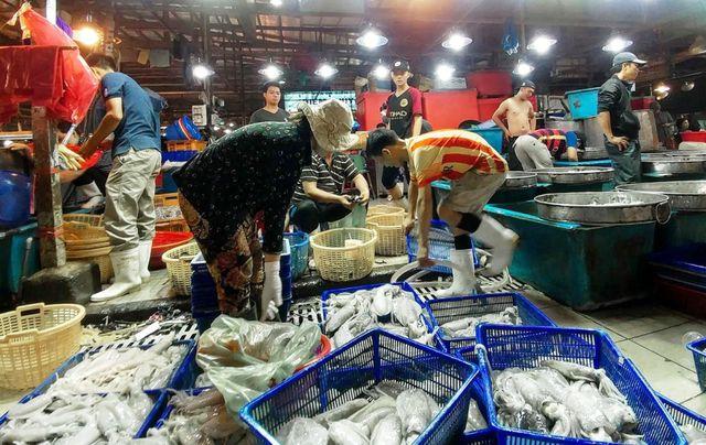 """Dân buôn hải sản """"hốt bạc"""" dịp lễ 2/9, nhiều điểm bán bỏ túi hàng trăm triệu - 1"""