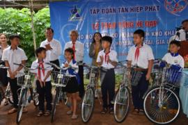 Tân Hiệp Phát trao tặng 50 chiếc xe đạp cho học sinh nghèo tại vùng biên giới tỉnh Gia Lai trước năm học mới.