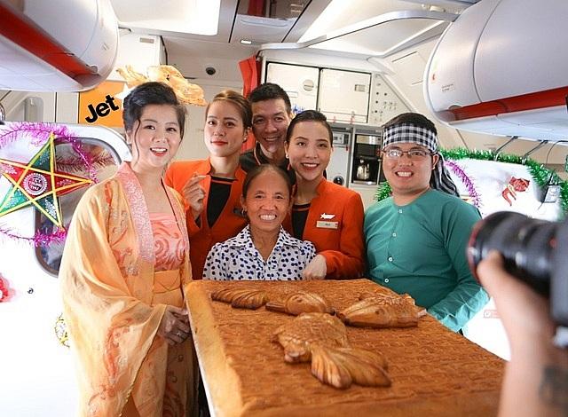 """Vì sao và ai đã cho  phép bà Tân Vlog đưa bánh Trung thu """"siêu to"""" lên máy bay?"""