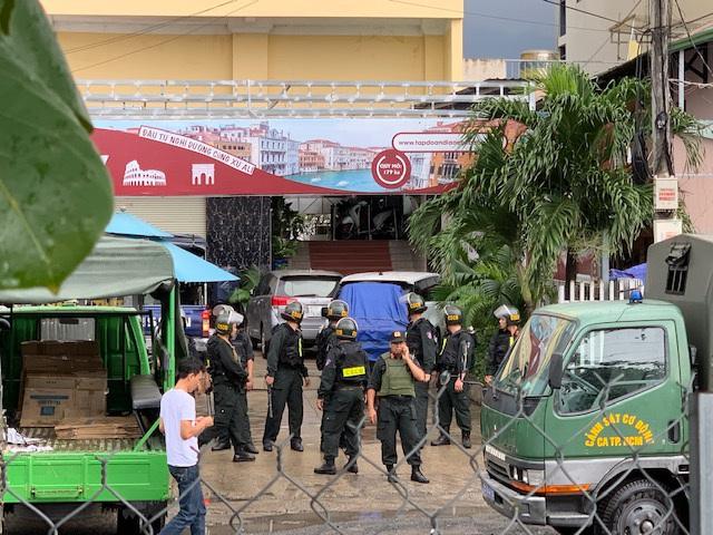 Cả trăm cảnh sát phong tỏa trụ sở công ty địa ốc Alibaba - 3