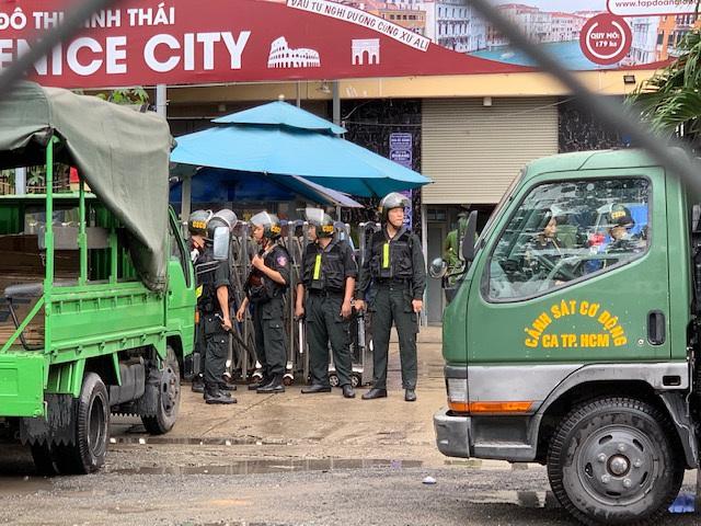 Cả trăm cảnh sát phong tỏa trụ sở công ty địa ốc Alibaba - 4