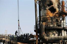 Nhà máy dầu Ả rập Xê út chi chít vết tích hỏa lực sau vụ tấn công chấn động
