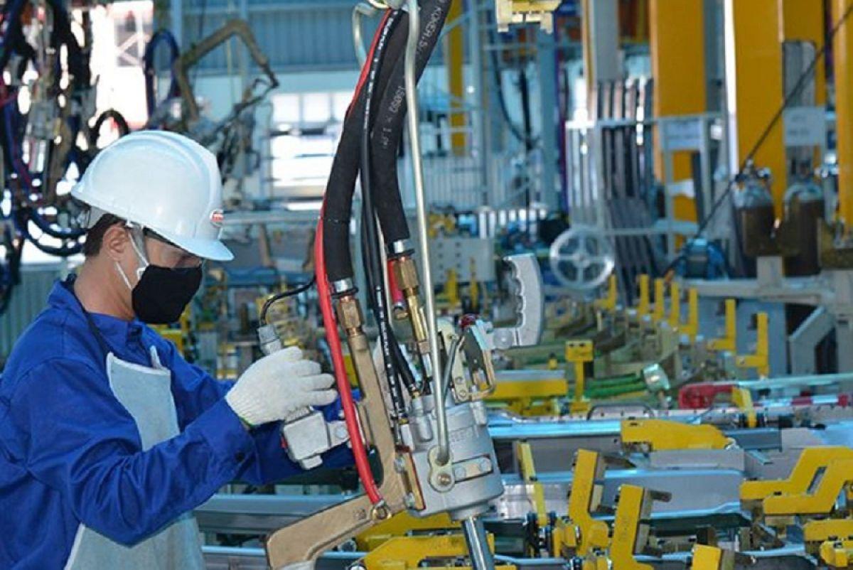 Việt Nam tăng trưởng vượt dự báo và lời