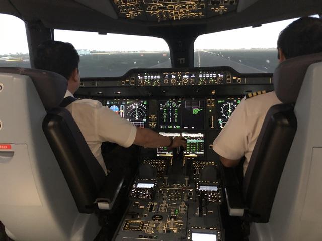 """Giám sát viên hàng không nhận lương """"khủng"""" hơn 200 triệu đồng/tháng - 1"""