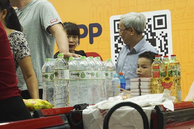 Hà Nội: Người dân ùn ùn đi mua nước đóng chai ở siêu thị - 11