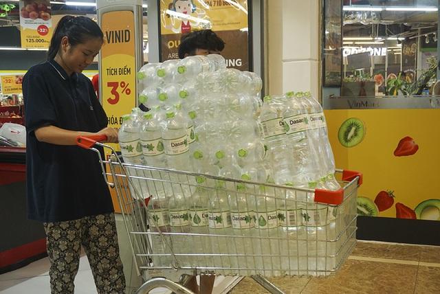 Hà Nội: Người dân ùn ùn đi mua nước đóng chai ở siêu thị - 3