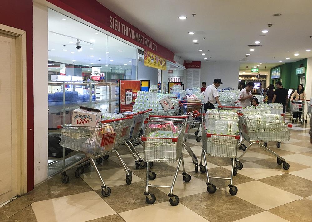 Hà Nội: Người dân ùn ùn đi mua nước đóng chai ở siêu thị