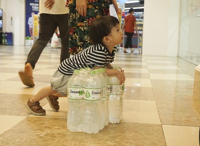 Hà Nội: Người dân ùn ùn đi mua nước đóng chai ở siêu thị - 4