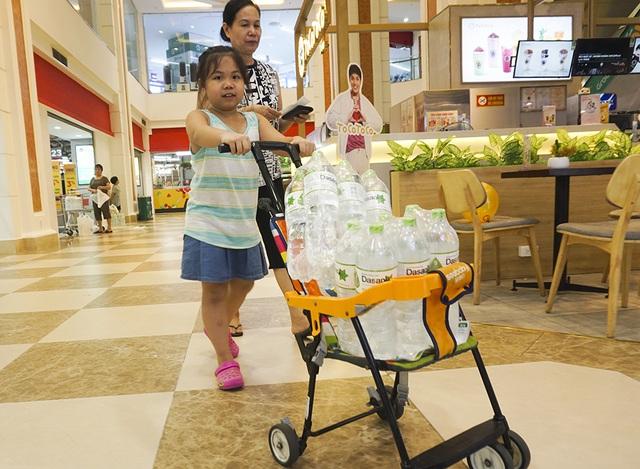 Hà Nội: Người dân ùn ùn đi mua nước đóng chai ở siêu thị - 10