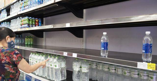 Hà Nội: Quầy nước siêu thị trống trơn, dân buôn nước hối hả, gắt gỏng - 2