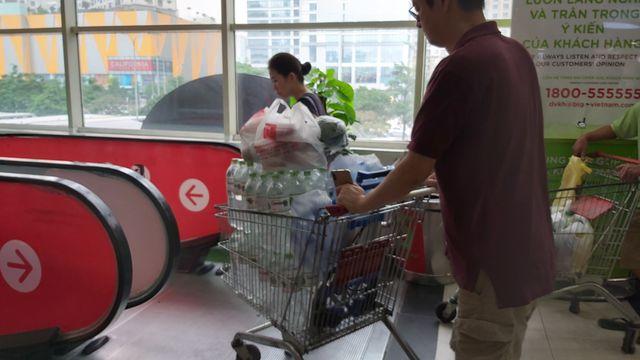 Hà Nội: Quầy nước siêu thị trống trơn, dân buôn nước hối hả, gắt gỏng - 4