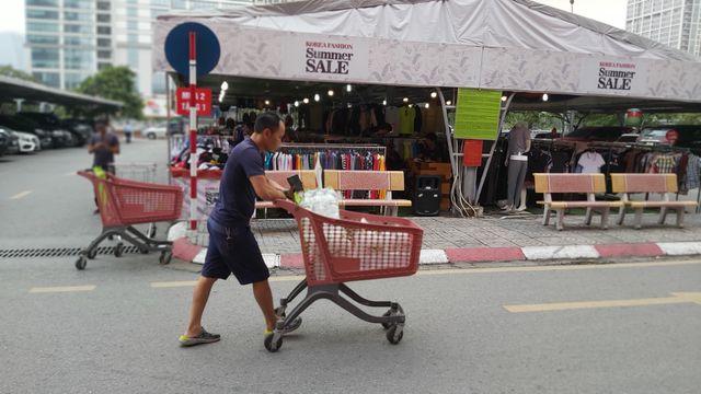 Hà Nội: Quầy nước siêu thị trống trơn, dân buôn nước hối hả, gắt gỏng - 5