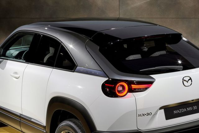 Mazda chính thức ra mắt mẫu xe chạy điện đầu tiên MX-30 - 12