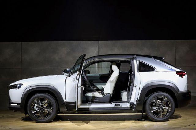 Mazda chính thức ra mắt mẫu xe chạy điện đầu tiên MX-30 - 16