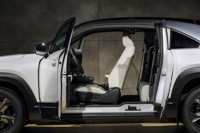 Mazda chính thức ra mắt mẫu xe chạy điện đầu tiên MX-30 - 17