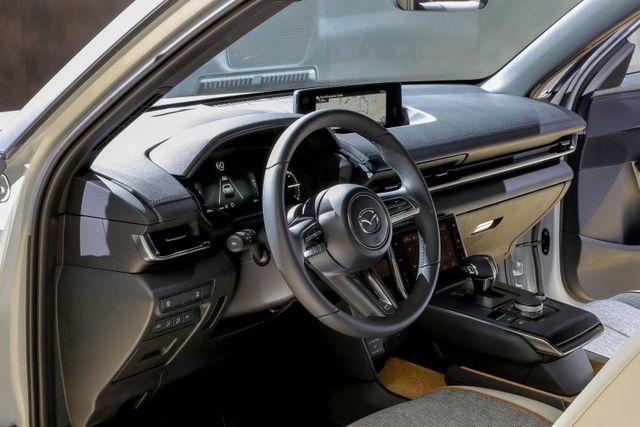 Mazda chính thức ra mắt mẫu xe chạy điện đầu tiên MX-30 - 18