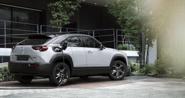 Mazda chính thức ra mắt mẫu xe chạy điện đầu tiên MX-30 - 24