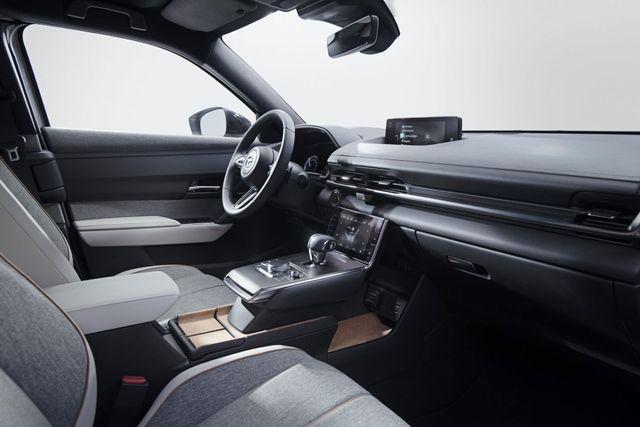 Mazda chính thức ra mắt mẫu xe chạy điện đầu tiên MX-30 - 4
