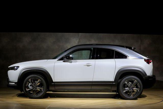 Mazda chính thức ra mắt mẫu xe chạy điện đầu tiên MX-30 - 7