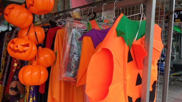 Đồ hóa trang Halloween càng ma quái, rùng rợn càng hút khách nhí - 4