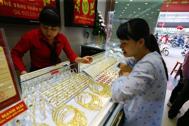 Giá vàng vọt lên đỉnh cao, dự báo còn tăng tiếp - 1