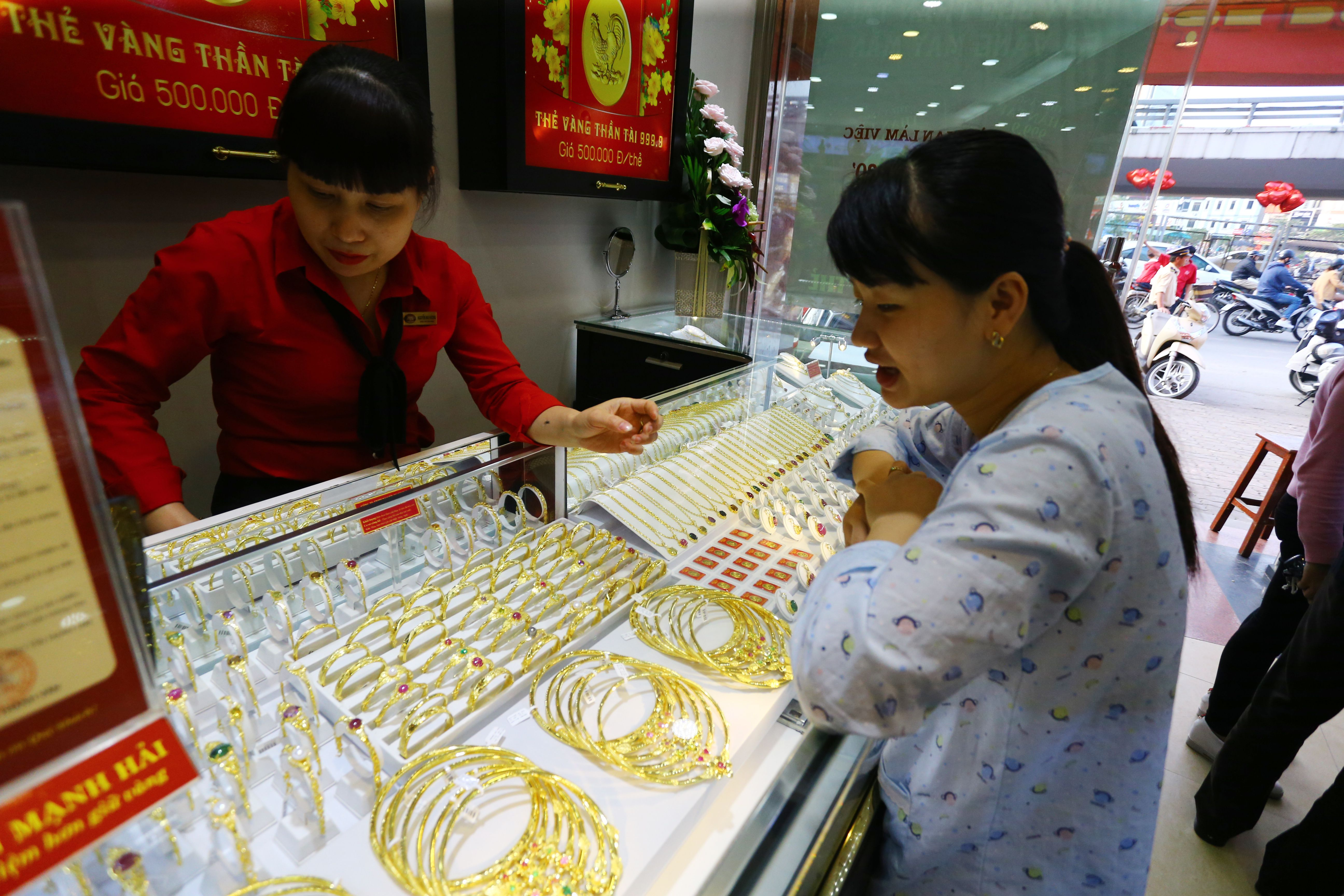 Giá vàng vọt lên đỉnh cao, dự báo còn tăng tiếp