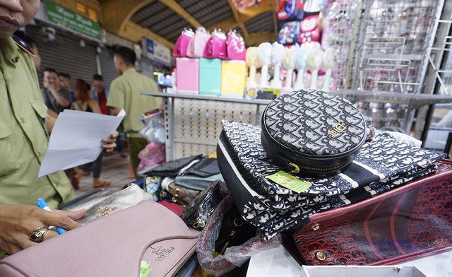 Thu giữ hàng ngàn sản phẩm nhái hàng hiệu tại chợ Bến Thành và Sài Gòn Square - 2