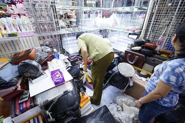 Thu giữ hàng ngàn sản phẩm nhái hàng hiệu tại chợ Bến Thành và Sài Gòn Square - 3