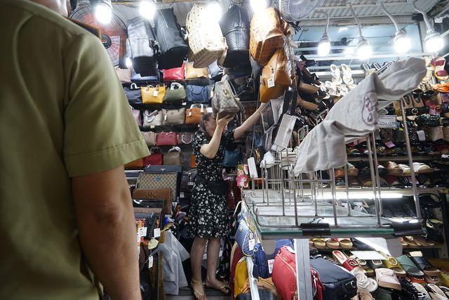 Thu giữ hàng ngàn sản phẩm nhái hàng hiệu tại chợ Bến Thành và Sài Gòn Square - 4