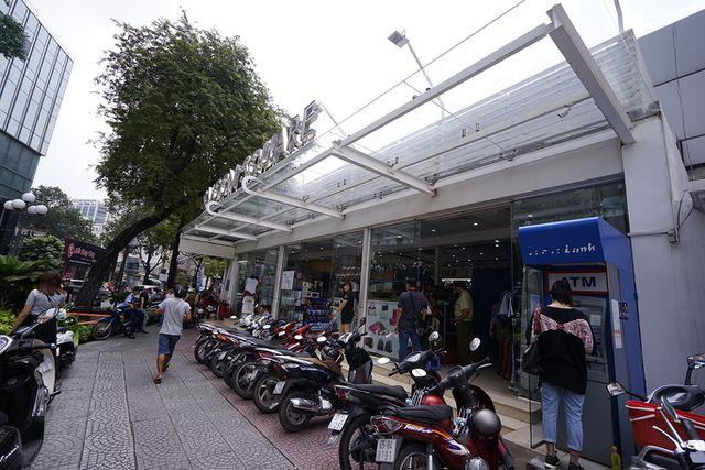 Thu giữ hàng ngàn sản phẩm nhái hàng hiệu tại chợ Bến Thành và Sài Gòn Square - 5