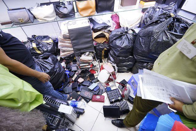 Thu giữ hàng ngàn sản phẩm nhái hàng hiệu tại chợ Bến Thành và Sài Gòn Square - 7