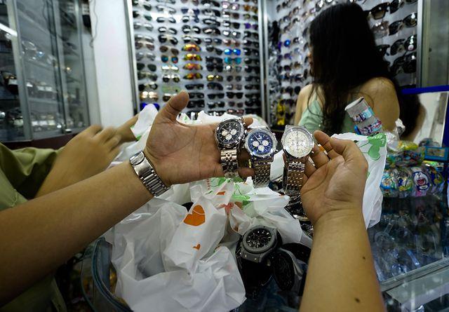 Thu giữ hàng ngàn sản phẩm nhái hàng hiệu tại chợ Bến Thành và Sài Gòn Square - 8