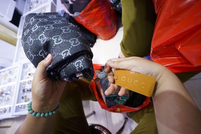 Thu giữ hàng ngàn sản phẩm nhái hàng hiệu tại chợ Bến Thành và Sài Gòn Square - 9