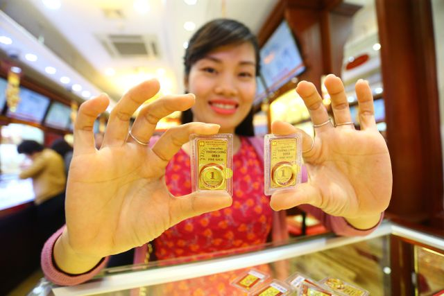 Giá vàng bất ngờ giảm mạnh 400.000 đồng mỗi lượng - 1