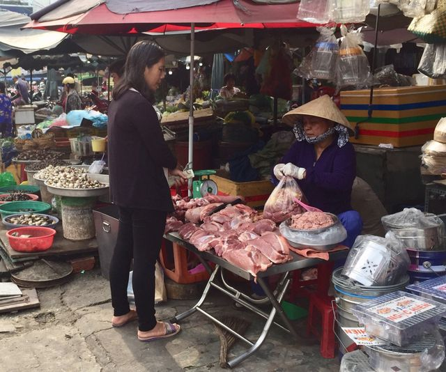"""TPHCM: Giá thịt heo """"leo thang"""", người tiêu dùng…""""bấm bụng"""" mua ít lại - 1"""