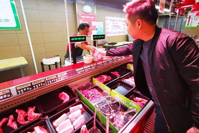 Giá thịt lợn đắt cắt cổ, nhiều người Trung Quốc chọn thịt chó, mèo thay thế - 1
