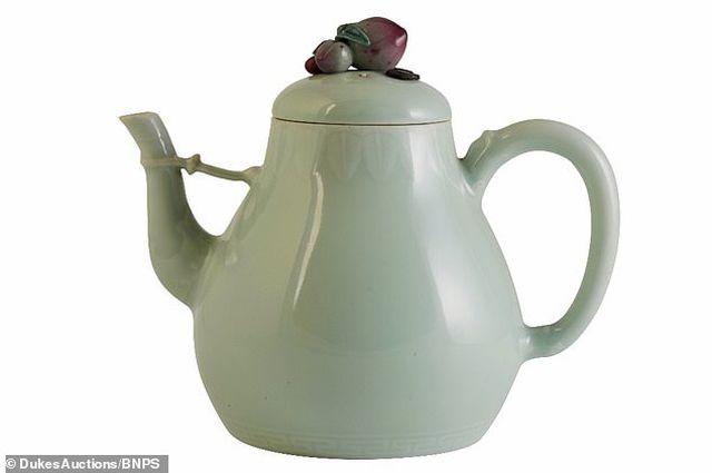 Ấm trà cũ trong nhà bất ngờ được mua với giá hơn 29 tỷ đồng - 1