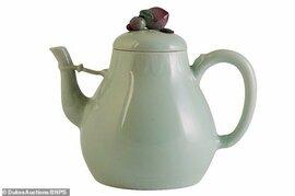 Ấm trà cũ trong nhà bất ngờ được mua với giá hơn 29 tỷ đồng