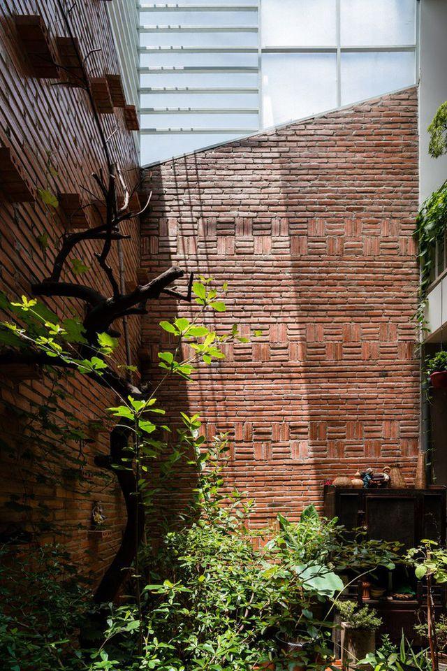 Nhà nhỏ trong hẻm lột xác sau cải tạo, được báo Tây khen nức nở - 5