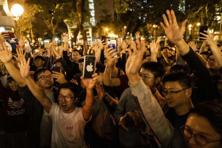 Phe dân chủ Hong Kong thắng lớn trong cuộc bầu cử cấp quận