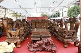 """Cận cảnh bộ bàn ghế """"khủng"""" giá hàng trăm triệu đồng ở Hà Nội"""